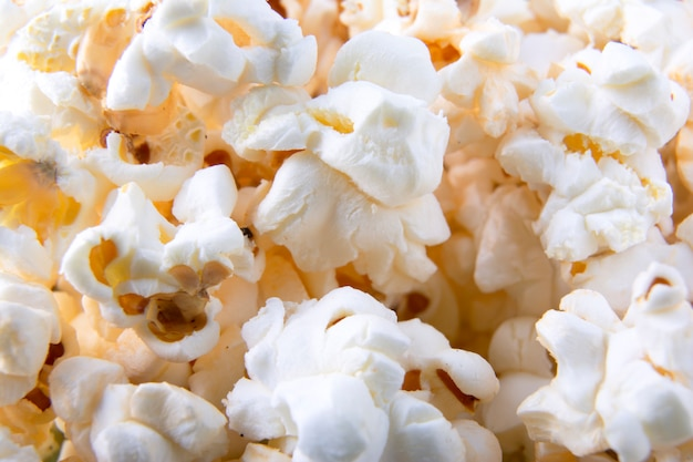Tło popcorns. widok z góry. zbliżenie. fotografia makro popcornu