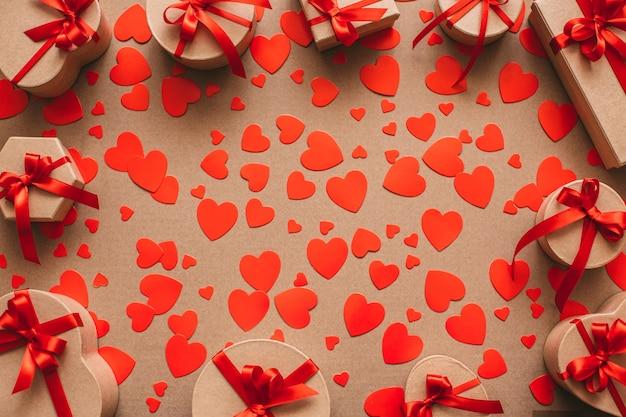 Tło pudełka i czerwone serca na walentynki