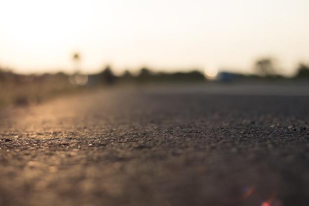 Tło pustej drogi w słońcu wieczorem