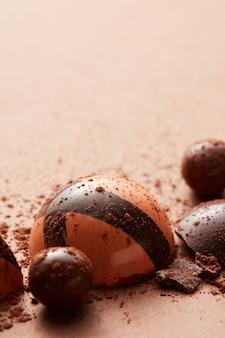 Tło pyszne czekoladowe cukierki na brązie