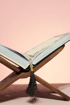 Tło ramadanu. rehal z otwartym koranem. koran otwarty w drewnianej podkładce
