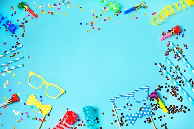 Tło ramki wakacje lub party ze słomkami, gwizdki, konfetti, śmieszne okulary i chorągiew. płaski układ.