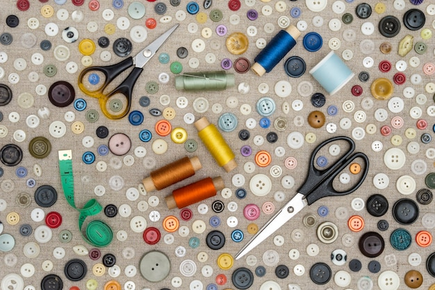Tło - różnokolorowe guziki i dodatki do szycia leżą na szorstkiej tkaninie