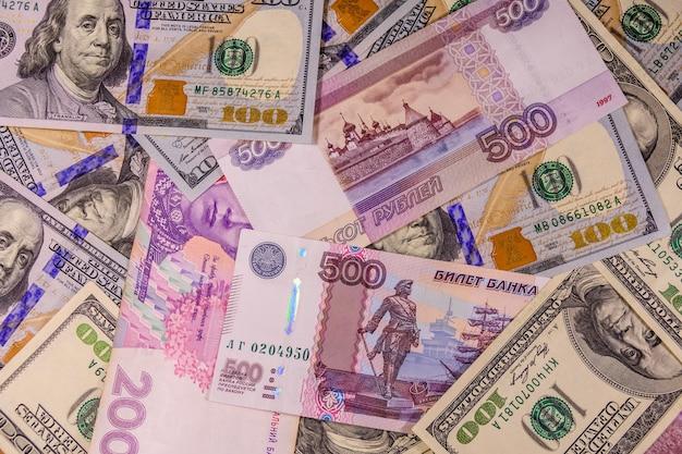 Tło różnych banknotów amerykańskich, ukraińskich i rosyjskich