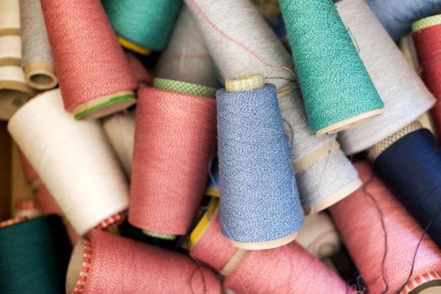 Tło różnych kolorów wełny kaszmirowej lub przędzy na szpulkach w losowym jubileuszu oglądane z góry