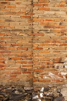 Tło ściany z czerwonej cegły na zewnątrz