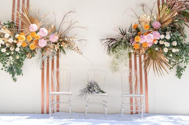Tło ślubne z dekoracją kwiatową i ślubną, piękny wystrój w dniu ślubu, z miejscem na tekst.