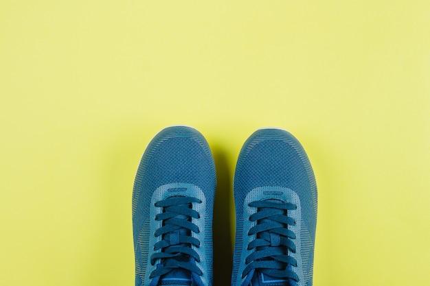 Tło sportowe. para butów sportowych - nowe trampki