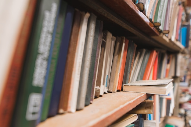 Tło. stare książki na półkach.