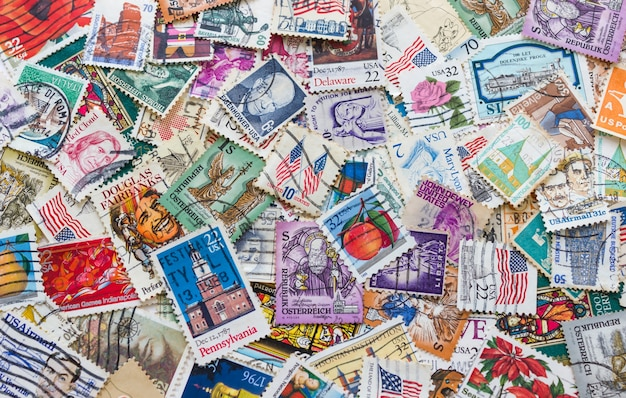 Tło starych znaczków pocztowych różnych krajów.