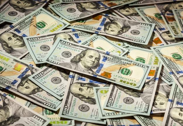 Tło sto dolarów banknotów