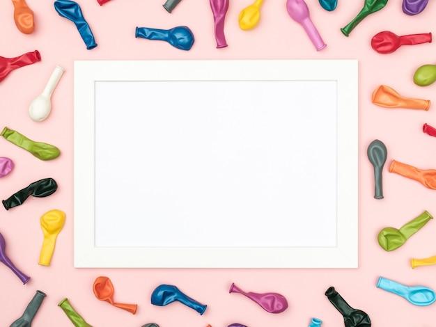 Tło strony lub urodziny. rama z kolorowych balonów. widok z góry stołu