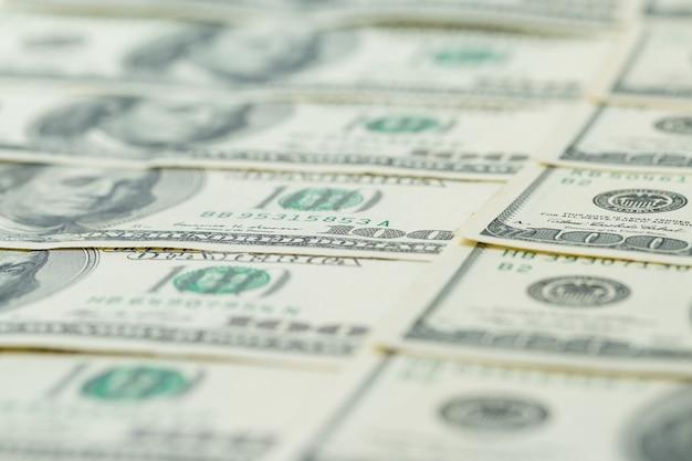 Tło stu dolarowych. benjamin franklin na amerykańskim banknocie pieniężnym