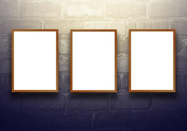 Tło studyjne z pustą drewnianą tablicę na ścianie z cegły czarnej - dobrze wykorzystane dla obecnych produktów. dekoracyjne tonowane.