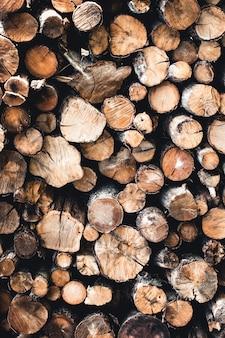 Tło suche posiekane kłody drewna opałowego ułożone jeden na drugim w stos