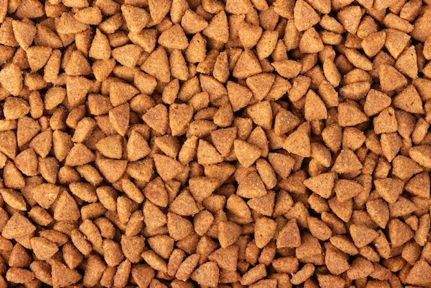 Tło suchej karmy dla zwierząt domowych. kupka granulowanej karmy dla zwierząt