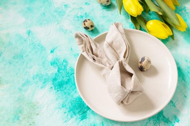 Tło święta nakrycie stołu wielkanocnego z kwiatami tulipanów skopiuj miejsce