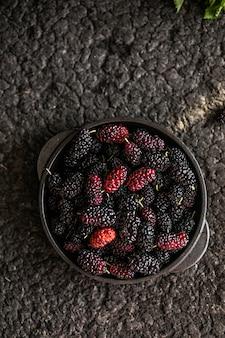 Tło świeże morwy. różne letnie czarne owoce.