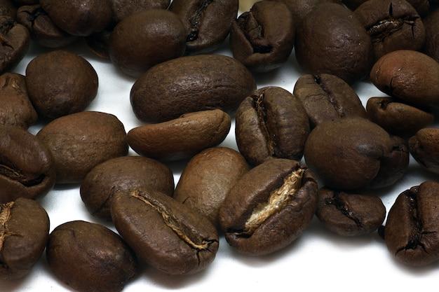 Tło świeżo palonych ziaren kawy