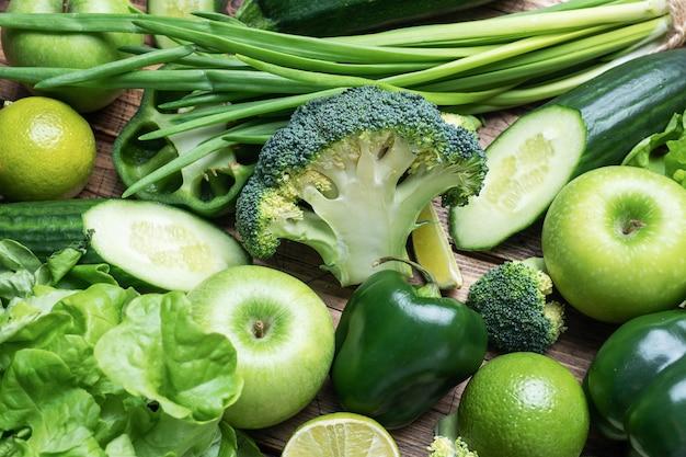 Tło świeżych zielonych warzyw i ziół