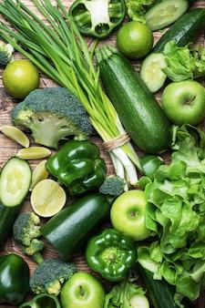 Tło świeżych zielonych warzyw i ziół.