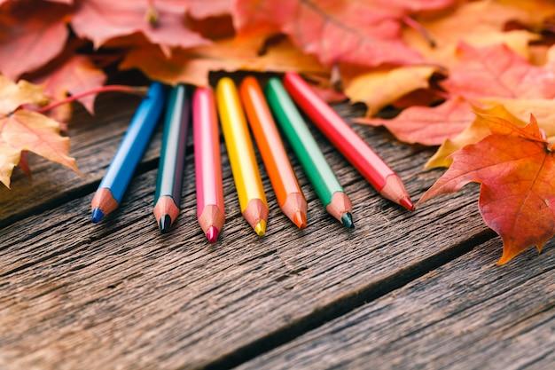Tło sztuki twórczej z liści klonu jesienią