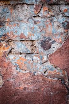 Tło tekstura ściana z cegieł kolorowe. murarstwo. odpadająca farba.