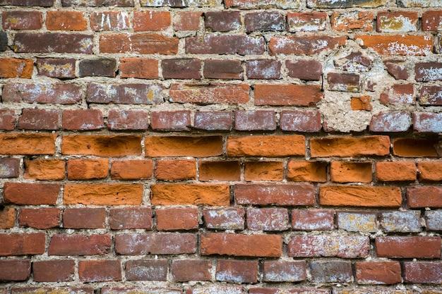 Tło tekstura ściana z czerwonej cegły. zrujnowany zamek.