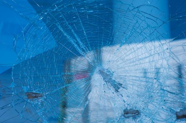 Tło tłuczonego szkła od pocisków na fasadowym budynku