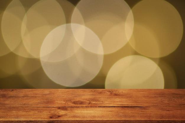 Tło to pusta drewniana deska i ściana rozmytych świateł bokeh
