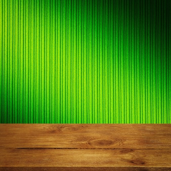Tło to puste drewniane deski i teksturowana ściana w paski z gradientowym oświetleniem i winietowaniem. do prezentacji produktów, wolna przestrzeń, układ, makieta, tablica perspektywiczna, tablica tła.