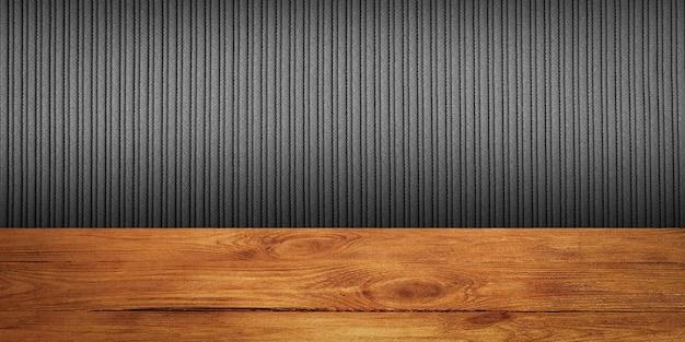 Tło to puste drewniane deski i teksturowana ściana w paski