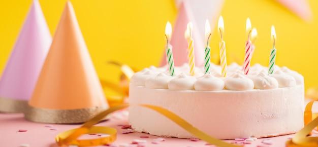 Tło urodziny strony z ciastem
