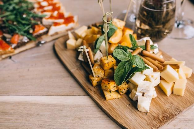 Tło usługi cateringowe z przekąskami i jedzeniem na talerzu w restauracji