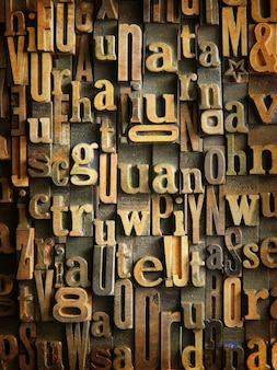 Tło utworzone z rocznika drewnianych skrzynek na listy