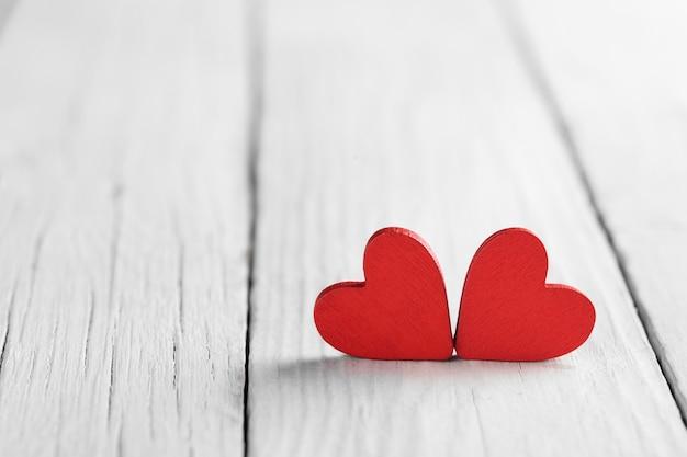 Tło valentine z ręcznie robionym sercem na rustykalne drewno