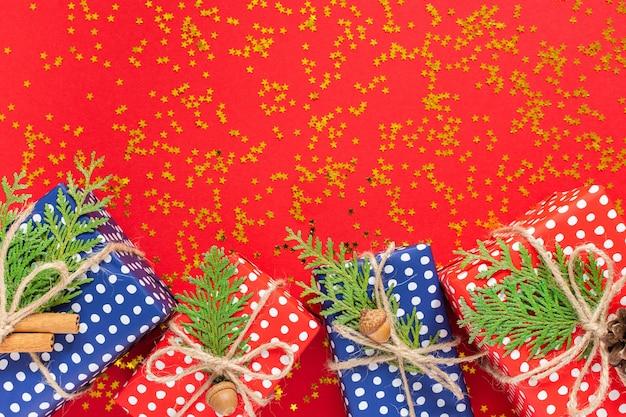Tło wakacje, czerwone i niebieskie pudełka na prezenty w kropki