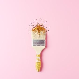 Tło wakacje kreatywnych z pędzlem i konfetti na różowo