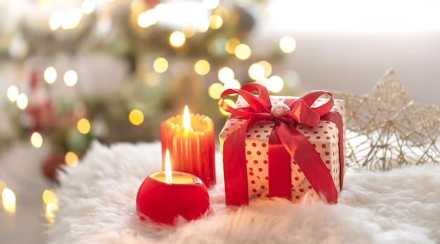 Tło wakacje nowego roku z pudełkiem prezentowym w przytulnej atmosferze.