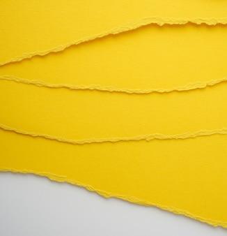 Tło warstwowe żółty rozdarty papier z cieniem, tło i szablon dla projektanta