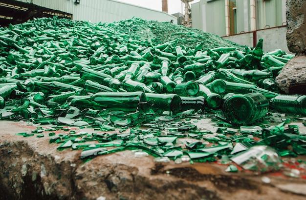 Tło wiele kawałków potłuczonego szkła na zielono