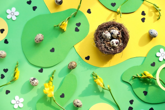 Tło wielkanoc w kolorze zielonym i żółtym z jajkami