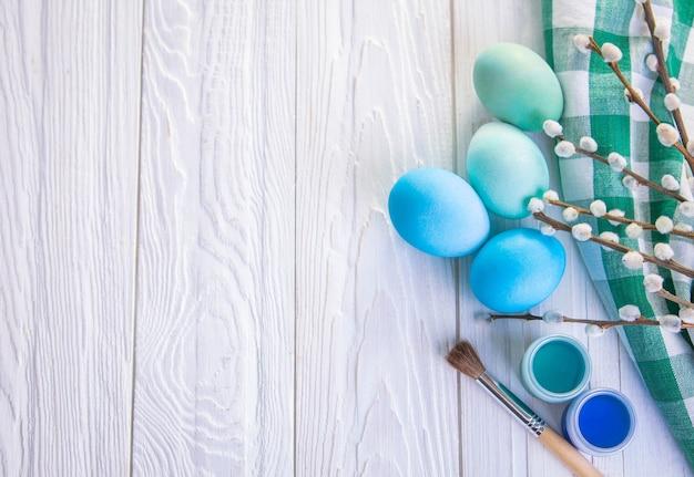 Tło wielkanoc z jajkami na drewniane