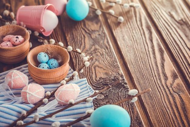 Tło wielkanoc z jajkami na drewnianym stole