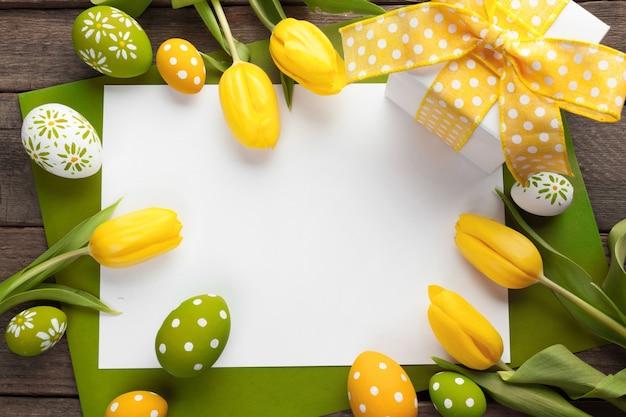 Tło wielkanoc z kolorowych jaj na białym drewnie