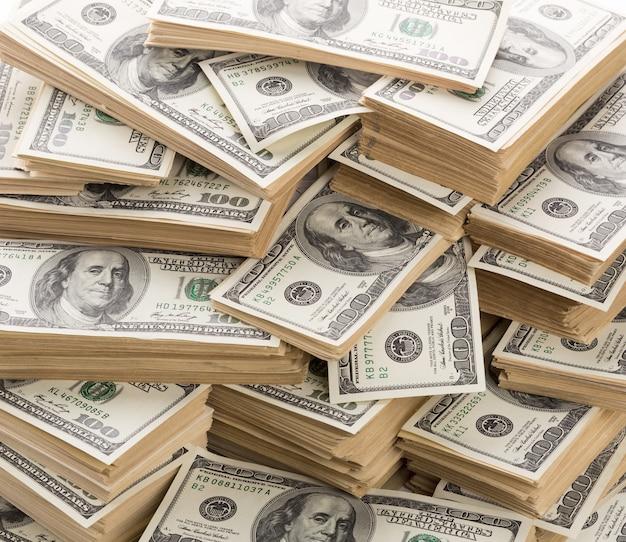Tło wielkiego stosu banknotów dolarowych