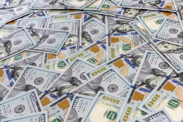 Tło wielu amerykańskich banknotów sto dolarów z bliska