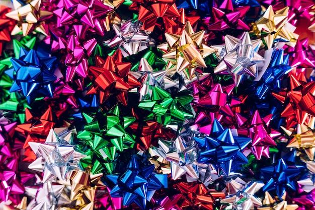 Tło wielu łuków do dekoracji świątecznych prezentów w różnych kolorach.