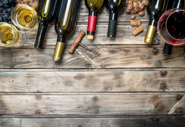 Tło wina. białe i czerwone wino na drewnianym stole.