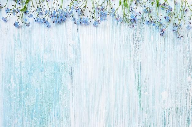 Tło wiosna. niebieskie kwiaty niezapominajki na pastelowym tle.